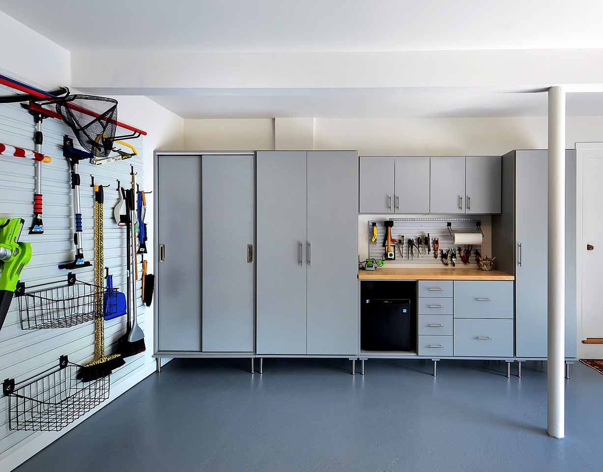 Garage organized with Storwall system and cabinets