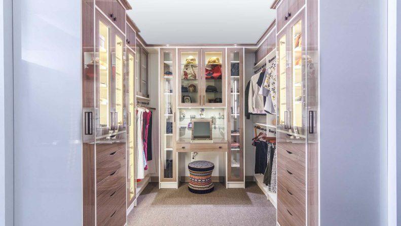 Beuaitful walk in closet finished in high gloss