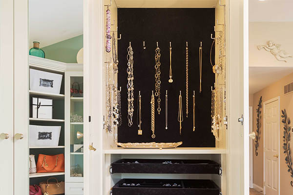 Jewelry cabinet with necklace storage