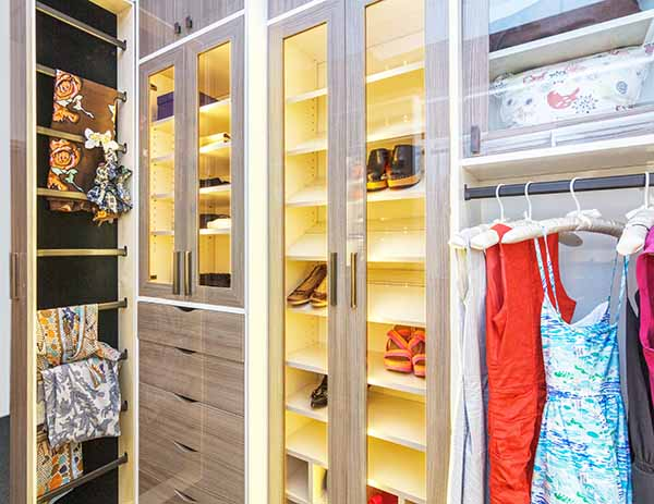 Closet system with vertical pull out scarf rack