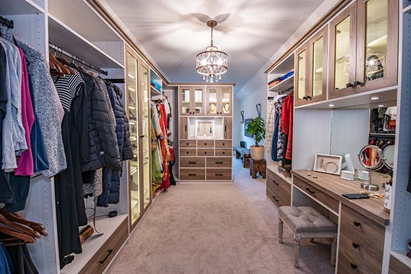 Organized contemorary walk-in closet and sitting room