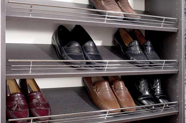 Slanted shoe shelves with fences