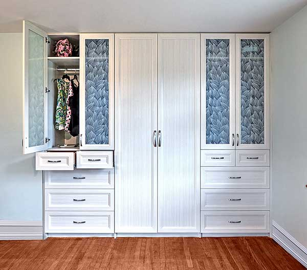Wardrobe closet with clear laminated glass